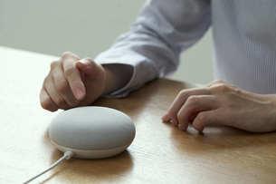 スマートスピーカーを操作する女性の手元の写真素材 [FYI04628408]