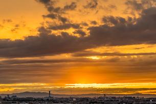 淡路島に沈む夕日と空一面の夕焼けを大阪府堺市から撮影の写真素材 [FYI04628501]