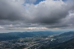 和歌山県紀の川市の龍門山付近にて雲の横から市街地を撮影の写真素材 [FYI04628503]