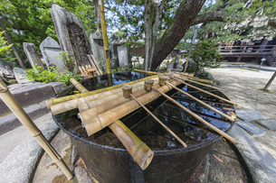 知恩寺 かつて湯船として使用されていた鉄湯船(手水鉢)の写真素材 [FYI04628600]