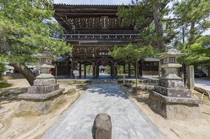知恩寺 山門と灯篭の写真素材 [FYI04628609]