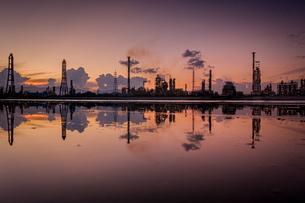 夕焼けに染まる四日市コンビナートのリフレクションの写真素材 [FYI04628620]