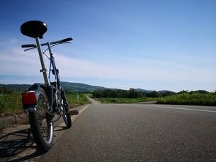 路上の折り畳み自転車の写真素材 [FYI04628639]