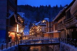 冬の銀山温泉の写真素材 [FYI04628724]