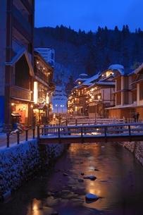 冬の銀山温泉の写真素材 [FYI04628725]