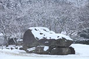 雪の石舞台古墳の写真素材 [FYI04628729]