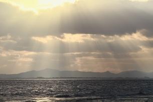 琵琶湖 朝の光芒の写真素材 [FYI04628731]