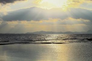 琵琶湖 朝の光芒の写真素材 [FYI04628732]