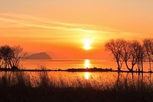 琵琶湖 竹生島と夕日の写真素材 [FYI04628772]