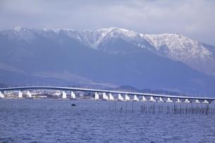 琵琶湖大橋と雪の比良山系の写真素材 [FYI04628774]