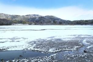 雪の広沢池の写真素材 [FYI04628797]
