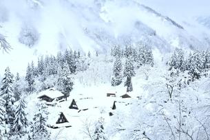 雪の相倉合掌造り集落の写真素材 [FYI04628833]