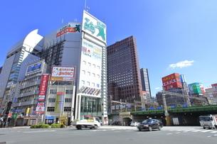新宿大ガード西交差点の写真素材 [FYI04628929]