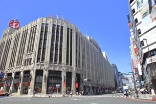 新宿三丁目交差点の写真素材 [FYI04628931]