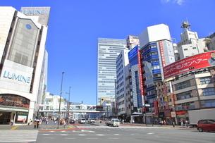 西新宿一丁目交差点の写真素材 [FYI04628953]