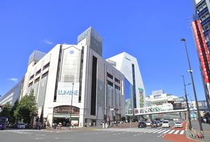 西新宿一丁目交差点の写真素材 [FYI04628957]