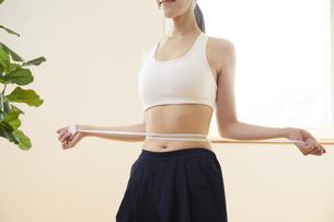 ウエストを測る若い女性の写真素材 [FYI04629034]