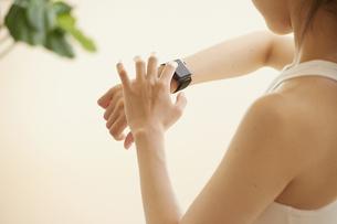 スマートウォッチで計測をする若い女性の写真素材 [FYI04629041]