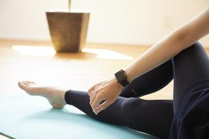 部屋の中で運動をする若い女性の写真素材 [FYI04629044]