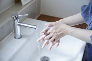 手洗いをする若い日本人女性の写真素材 [FYI04629069]