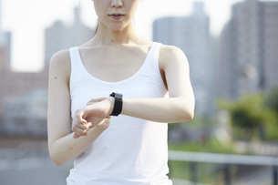 ランニング用の衣装を着た若い女性の写真素材 [FYI04629076]