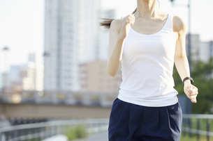ランニング用の衣装を着た若い女性の写真素材 [FYI04629080]