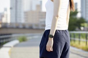 ランニング用の衣装を着た若い女性の写真素材 [FYI04629081]