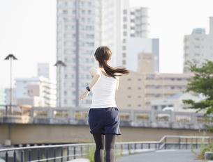 ランニング用の衣装を着た若い女性の写真素材 [FYI04629082]