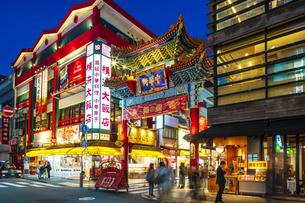 横浜中華街の夜景の写真素材 [FYI04629117]
