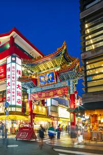 横浜中華街の夜景の写真素材 [FYI04629122]