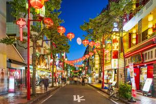 横浜中華街の夜景の写真素材 [FYI04629139]
