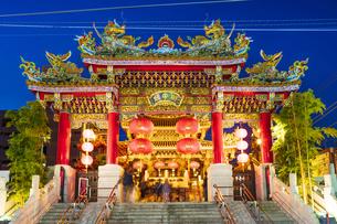 横浜中華街の夜景の写真素材 [FYI04629141]