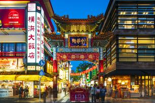 横浜中華街の夜景の写真素材 [FYI04629143]