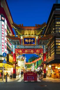 横浜中華街の夜景の写真素材 [FYI04629145]