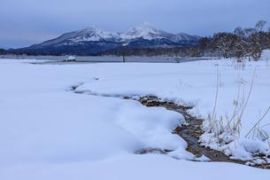 福島県 桧原湖湖畔より磐梯山を望むの写真素材 [FYI04629282]
