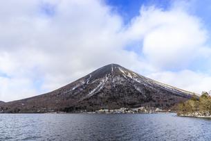 栃木県 中禅寺湖 歌が浜より男体山を望むの写真素材 [FYI04629308]
