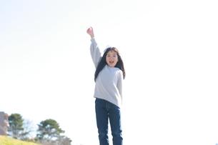 ガッツポーズをしてはしゃぐ女の子の写真素材 [FYI04629426]