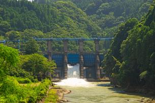 船津ダムの放流の写真素材 [FYI04629596]