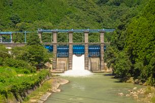 船津ダムの放流の写真素材 [FYI04629597]