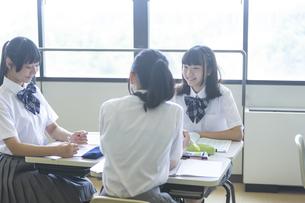 勉強する女子高生の写真素材 [FYI04629631]