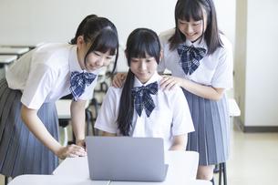 勉強する女子高生の写真素材 [FYI04629633]