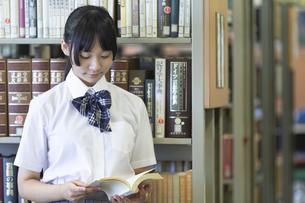 図書室で読書する女子高生の写真素材 [FYI04629695]