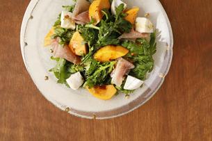 柿のグリーンサラダの写真素材 [FYI04629708]