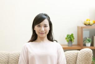 ソファーでくつろぐ女性の写真素材 [FYI04629723]