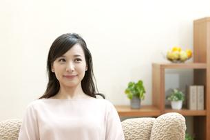 ソファーでくつろぐ女性の写真素材 [FYI04629724]
