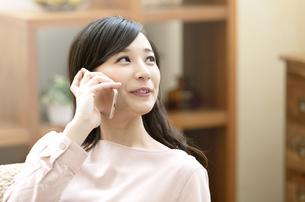電話をする笑顔の女性の写真素材 [FYI04629732]
