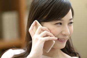 電話をする笑顔の女性の写真素材 [FYI04629733]