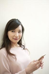 スマートフォンを持つ女性の写真素材 [FYI04629740]