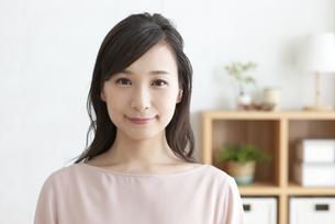 微笑む女性の写真素材 [FYI04629744]