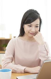 頬杖をして微笑む女性の写真素材 [FYI04629753]